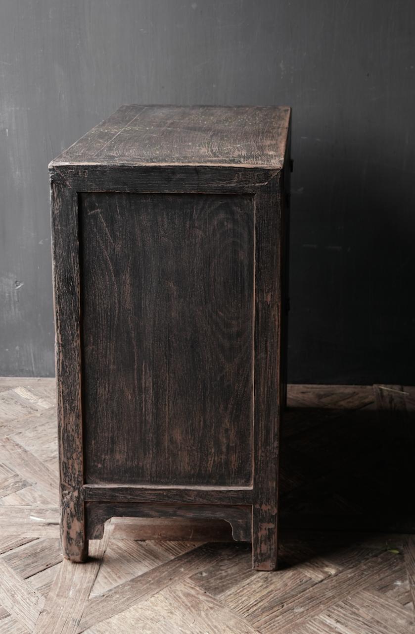 Ländlicher dunkler zweitüriger Holzschrank / Sideboard-4