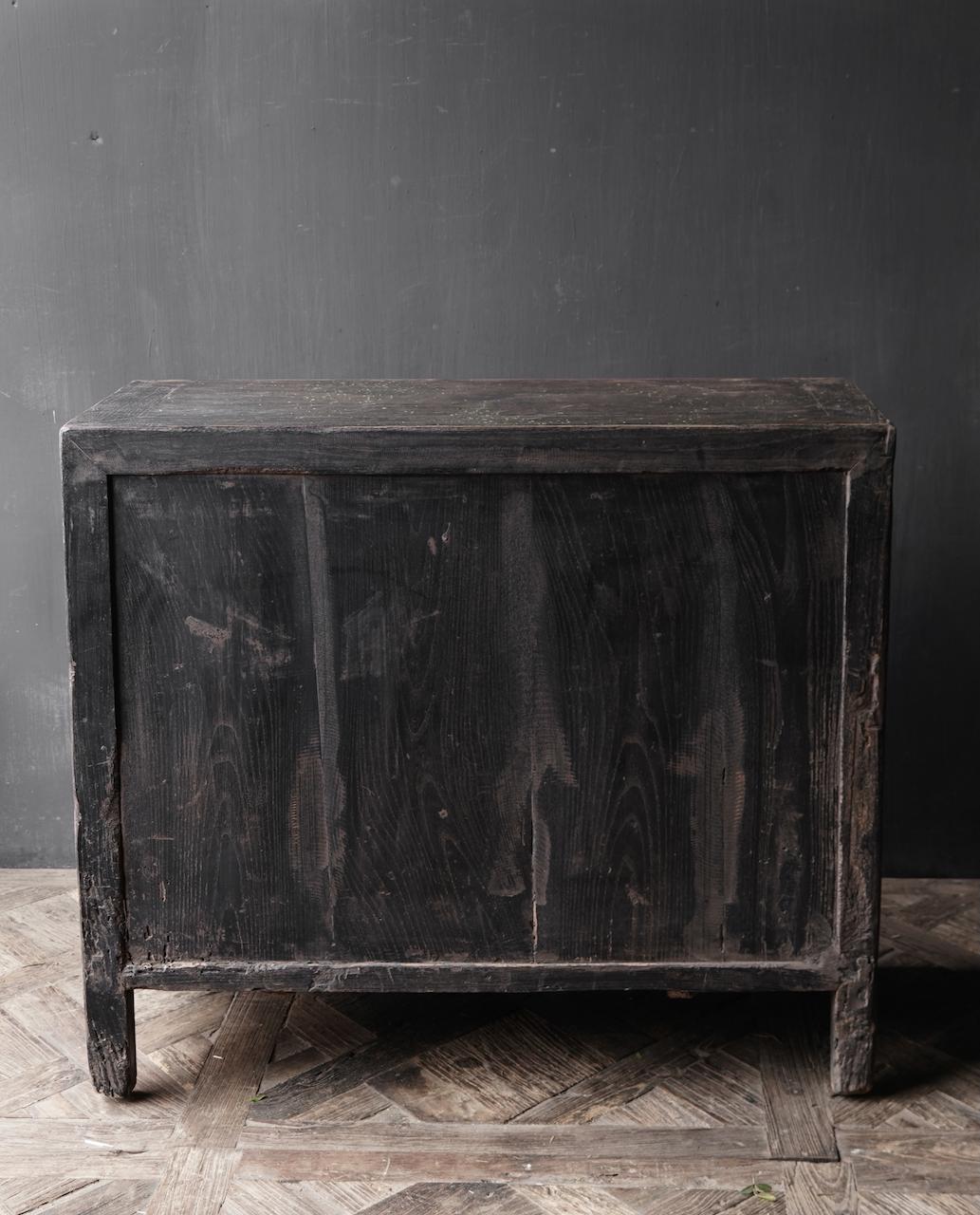 Ländlicher dunkler zweitüriger Holzschrank / Sideboard-5