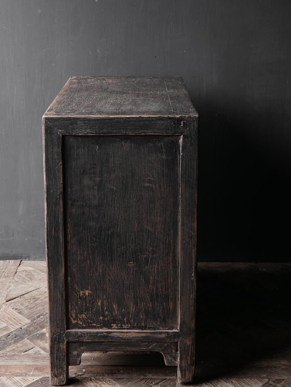 Ländlicher dunkler zweitüriger Holzschrank / Sideboard-6