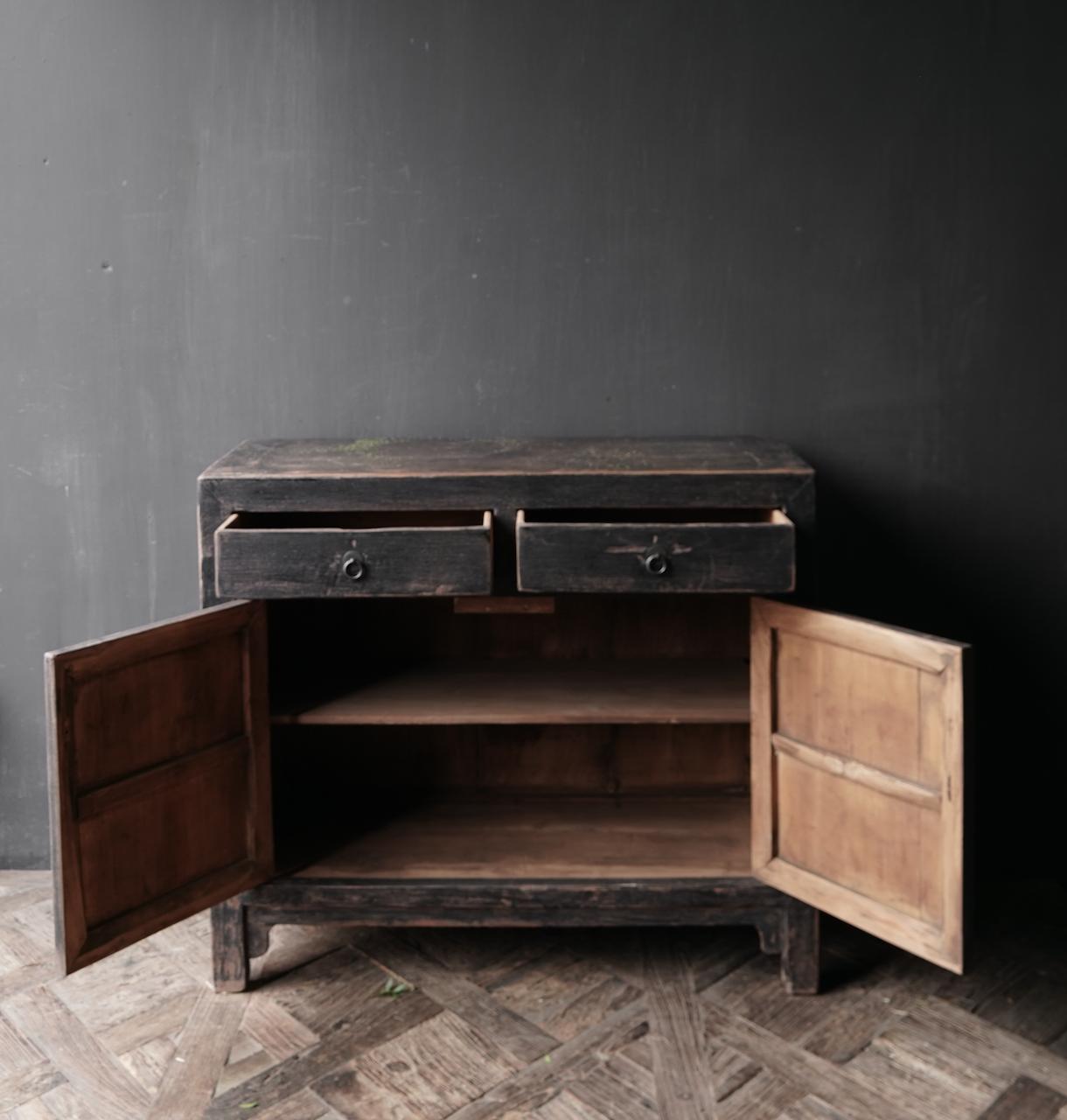 Ländlicher dunkler zweitüriger Holzschrank / Sideboard-7