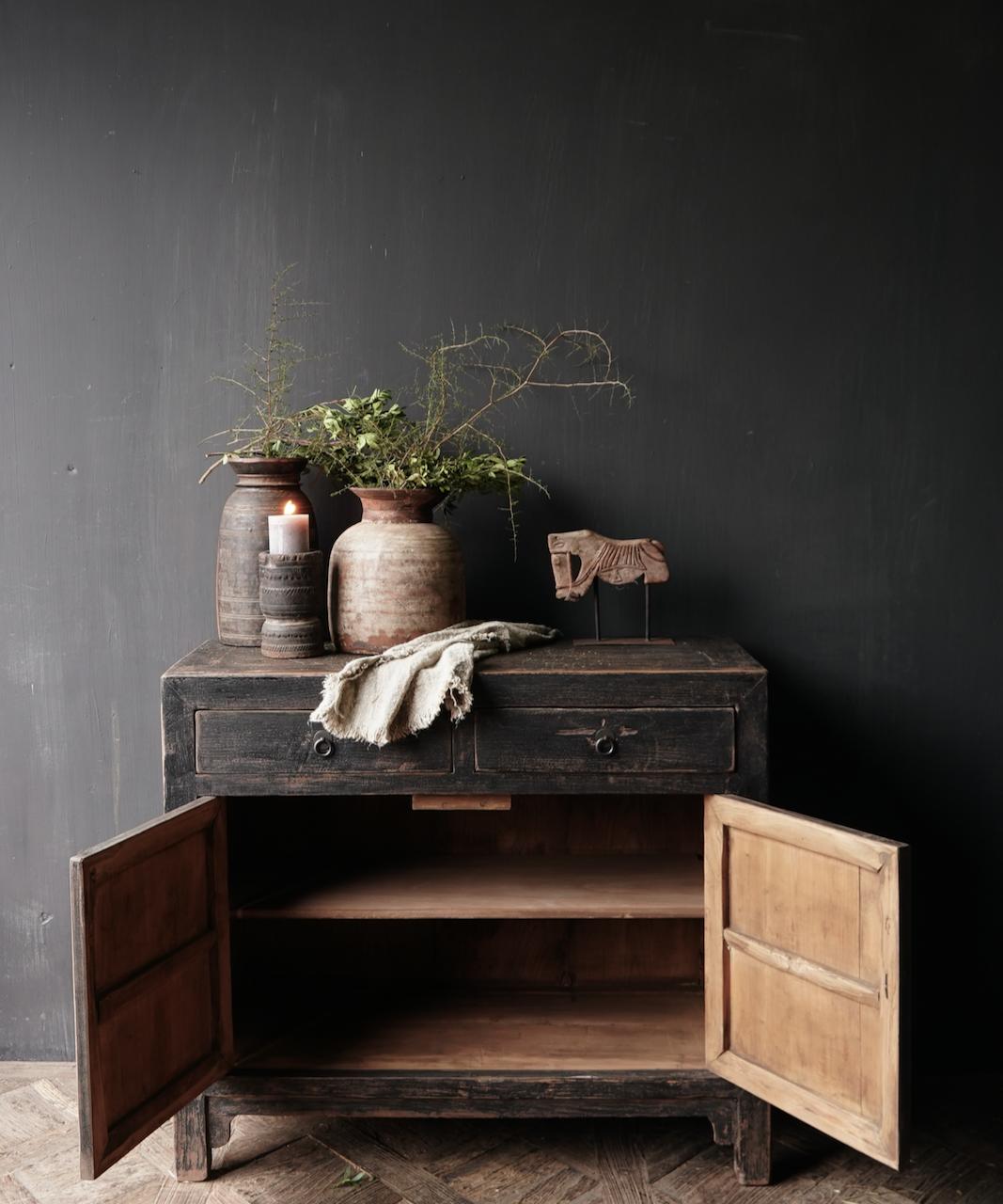 Ländlicher dunkler zweitüriger Holzschrank / Sideboard-3