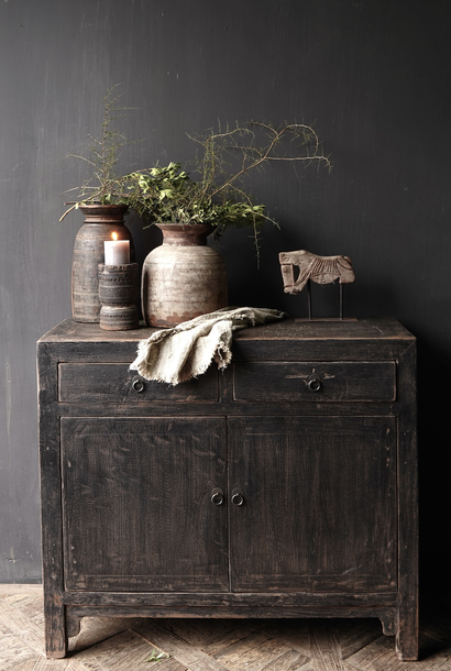 Ländlicher dunkler zweitüriger Holzschrank / Sideboard