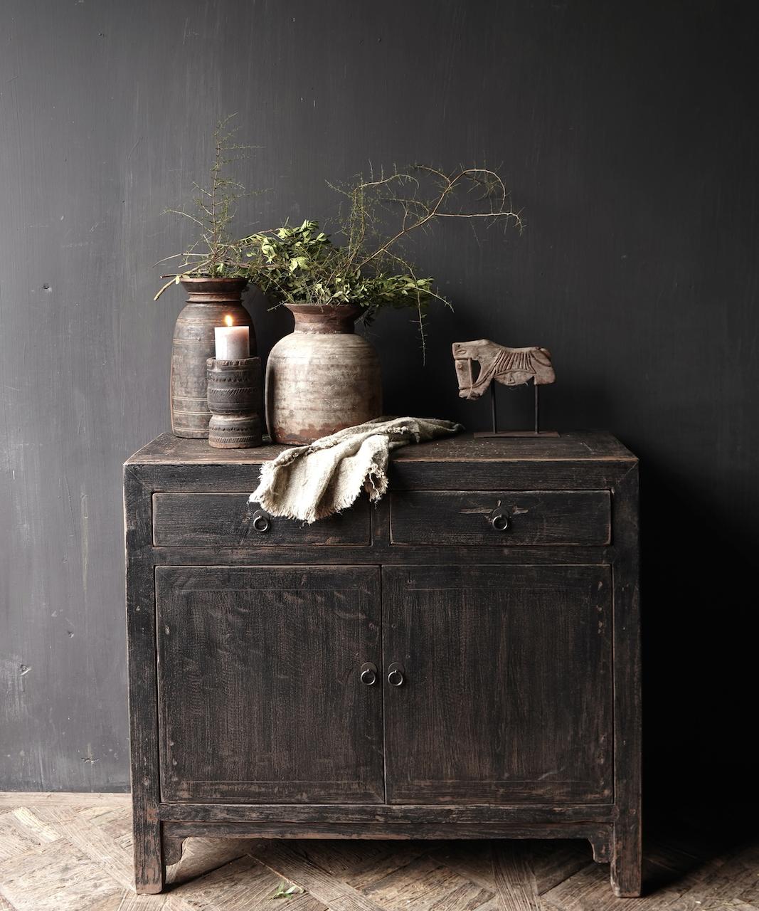Ländlicher dunkler zweitüriger Holzschrank / Sideboard-1