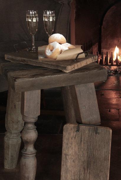 brood/serveerplankje van oud hout met ijzeren handgreepjes