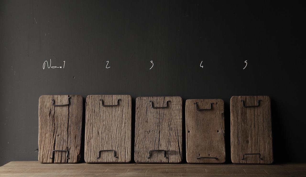 brood/serveerplankje van oud hout met ijzeren handgreepjes-2