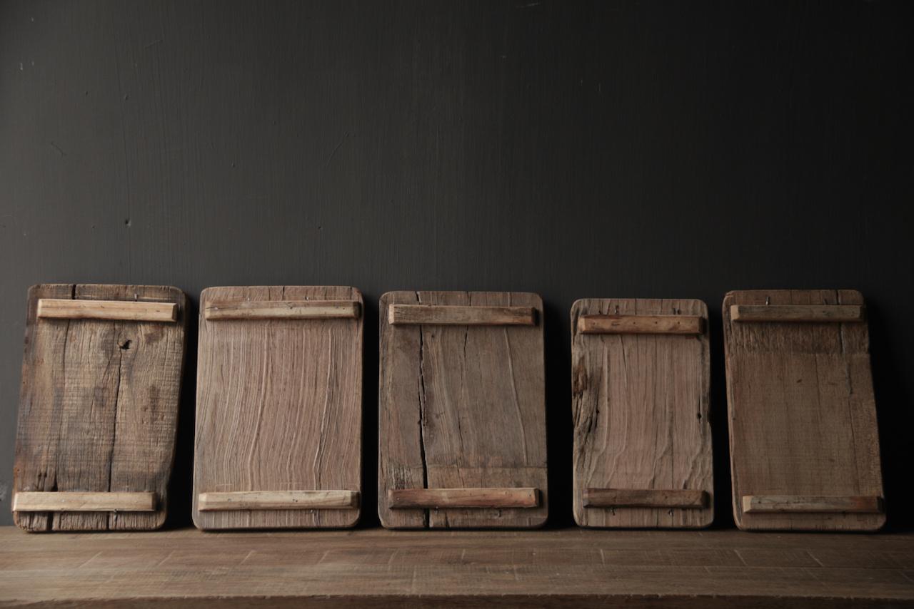 brood/serveerplankje van oud hout met ijzeren handgreepjes-3