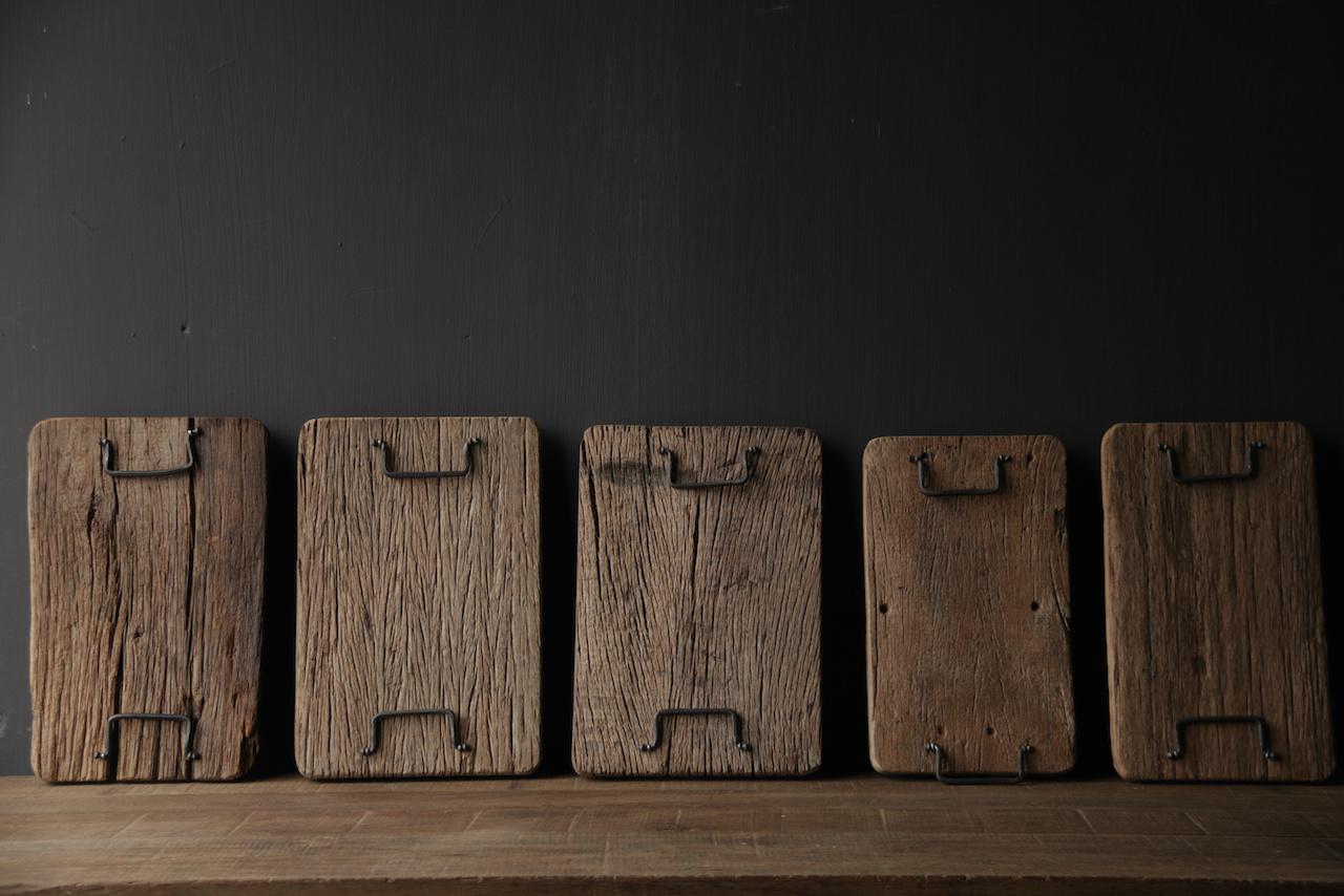 brood/serveerplankje van oud hout met ijzeren handgreepjes-4