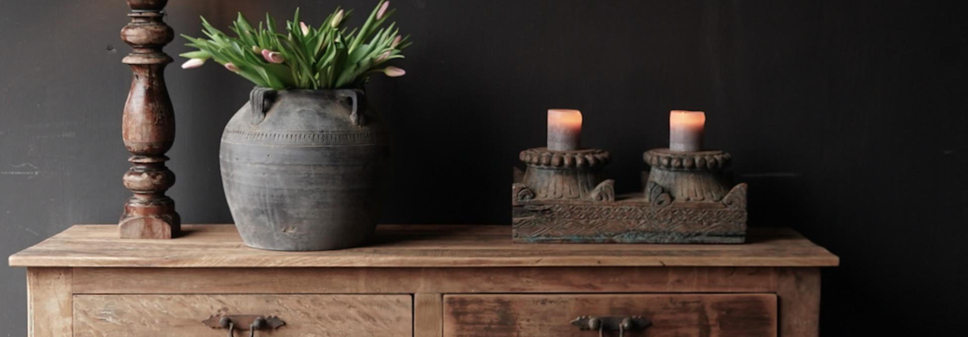 Stoer Robuust oud houten Sidetable oftewel muurtafel met  twee lades