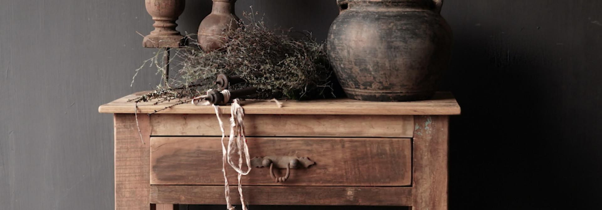 Stoer Robuust oud houten Sidetable oftewel muurtafel met een lade