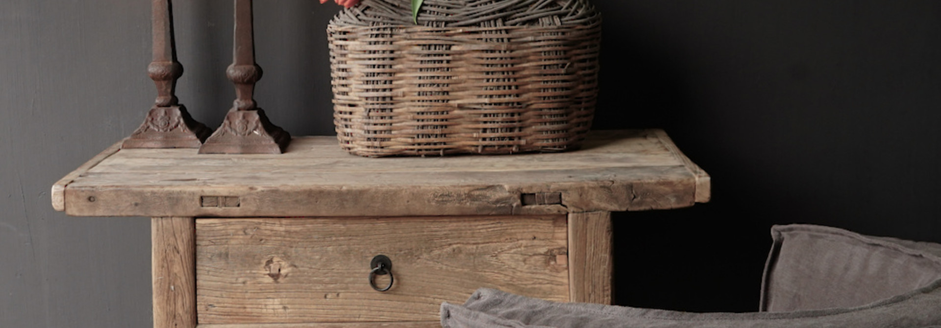 Alter Beistelltisch aus Stoer Elmwood / Ulmenholz Wandtisch mit Schublade