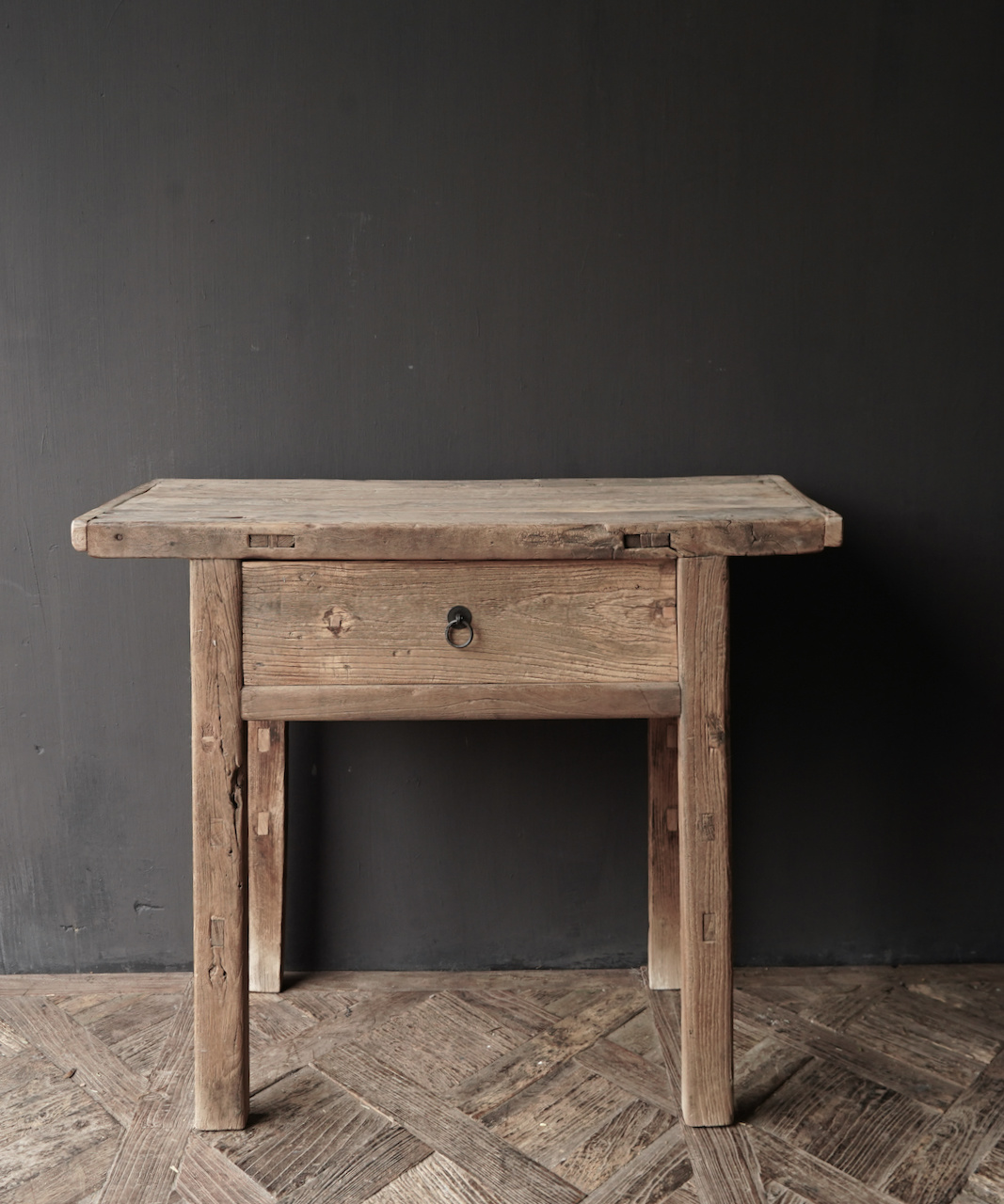 Alter Beistelltisch aus Stoer Elmwood / Ulmenholz Wandtisch mit Schublade-4