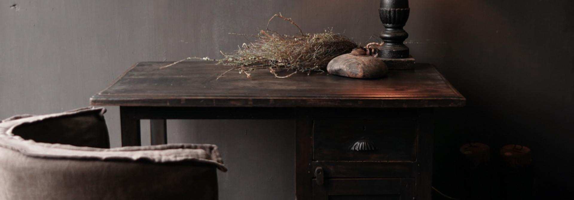 Authentischer alter Schreibtisch / Wandtisch mit Tür und Schublade