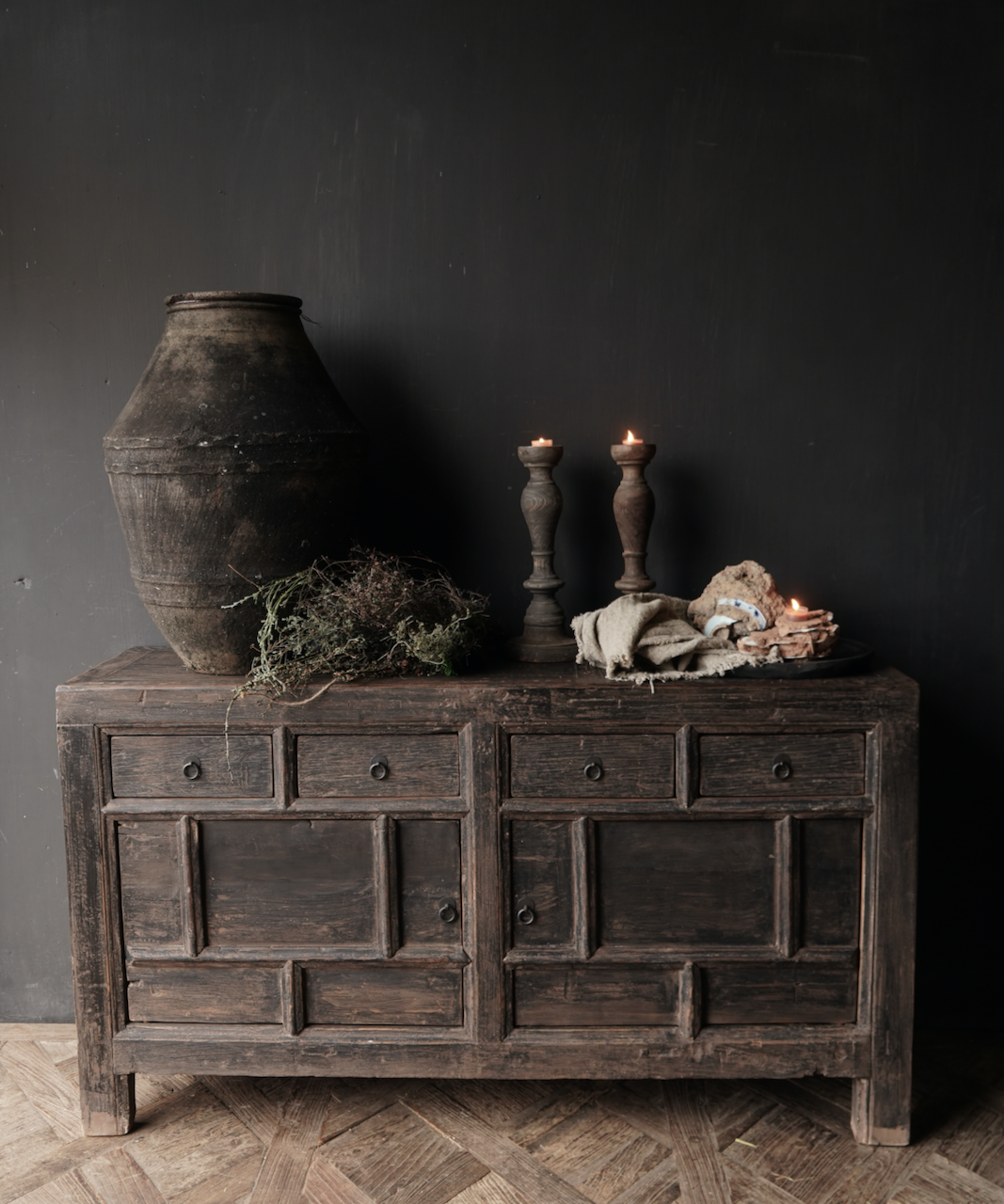 Altes authentisches schwarz / braunes Sideboard mit zwei Türen und vier Schubladen-1
