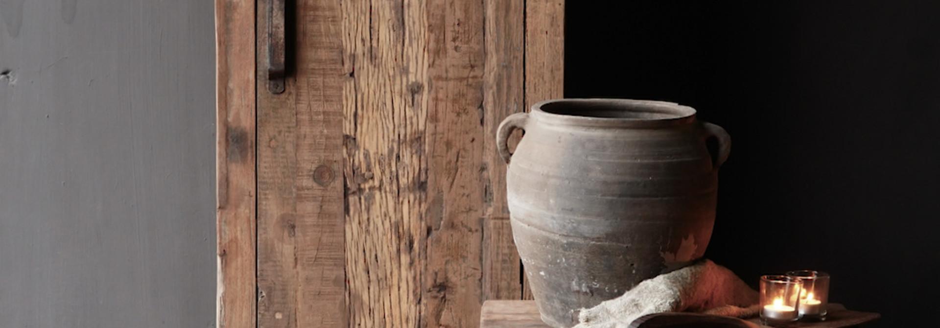 Een deurs kast van oud  hout