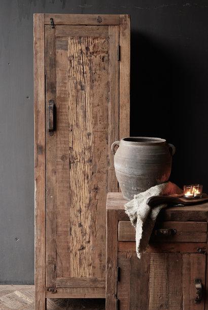 Stoer een deurs kast van oud  hout