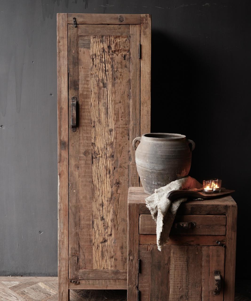 Een deurs kast van oud  hout-1