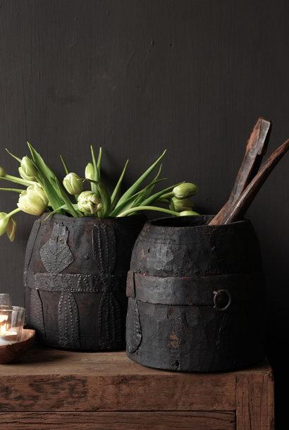 Nepalese oud houten Pot met ijzeren deco