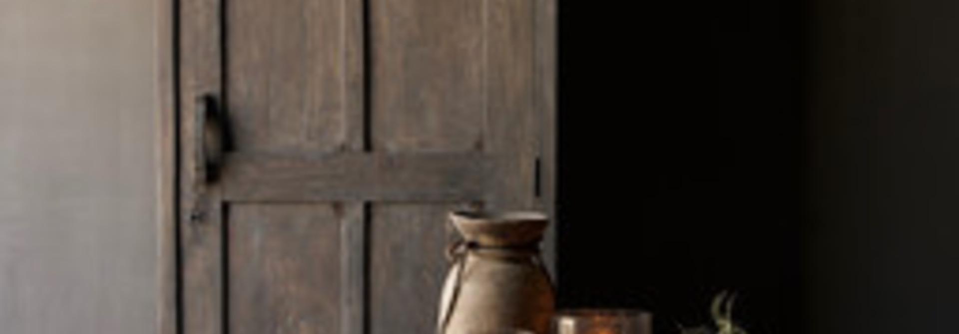 Stoere  eendeurs  kast van oud hout met een lade  en drie legplanken