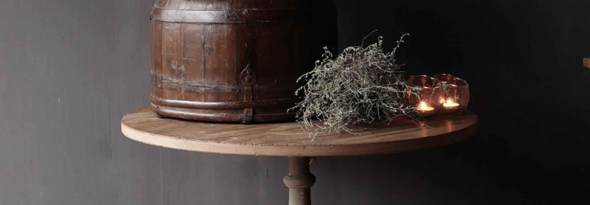 Weintisch mit mattgrauem Bein mit Eichenplatte