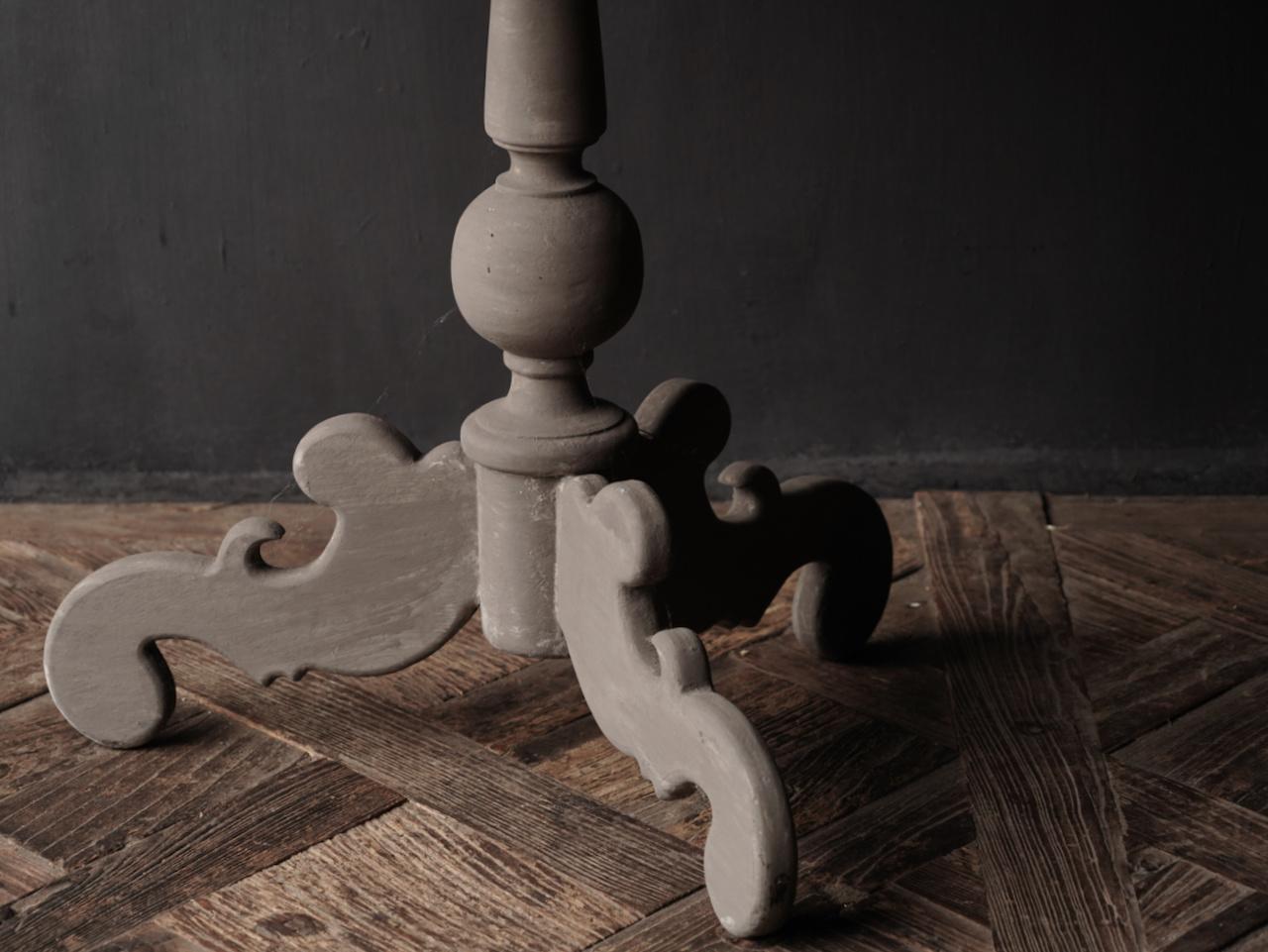 Weintisch mit mattgrauem Bein mit Eichenplatte-6