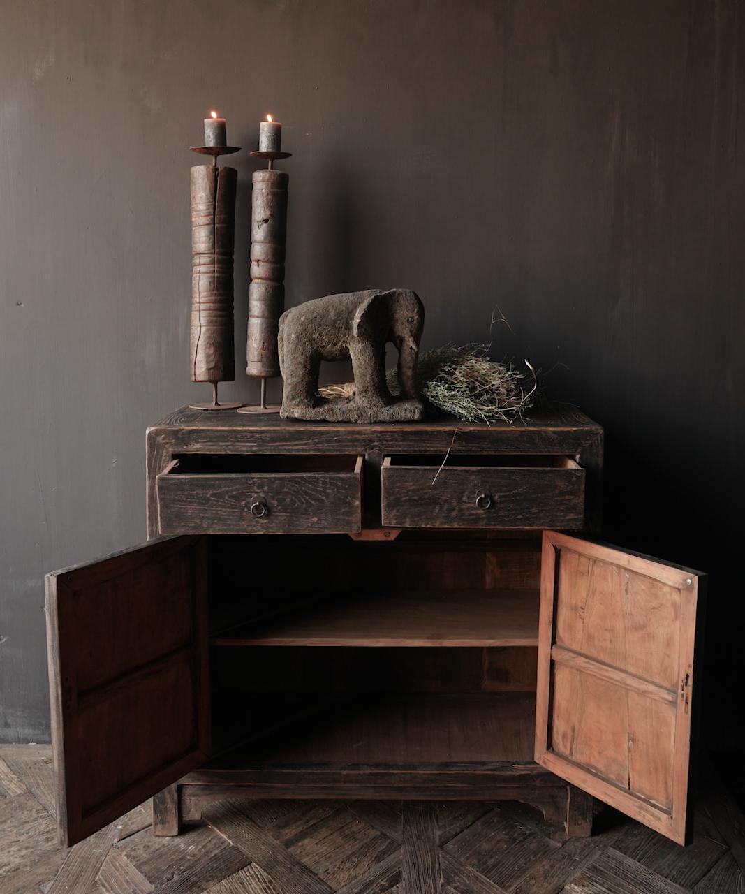 Ländlicher dunkler zweitüriger Holzschrank / Sideboard-2