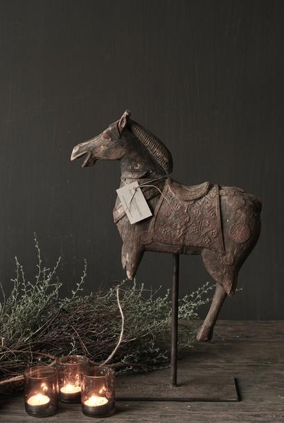 Schönes altes Holzpferd auf einem Holzstativ