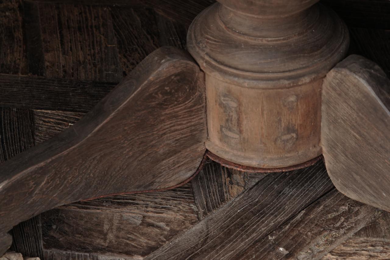 Stoer Robuster runder Tisch aus altem gebrauchtem Holz-3