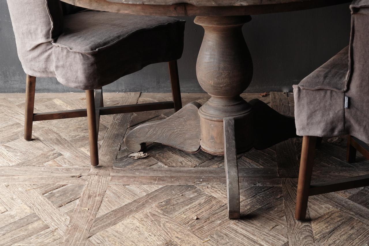 Stoer Robuster runder Tisch aus altem gebrauchtem Holz-2