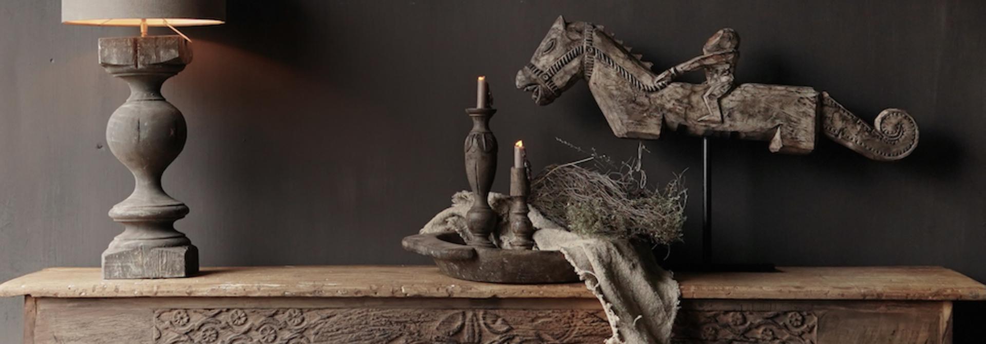 Alter antiker Wabi Sabi verwitterter hölzerner Beistelltisch / Wandtisch