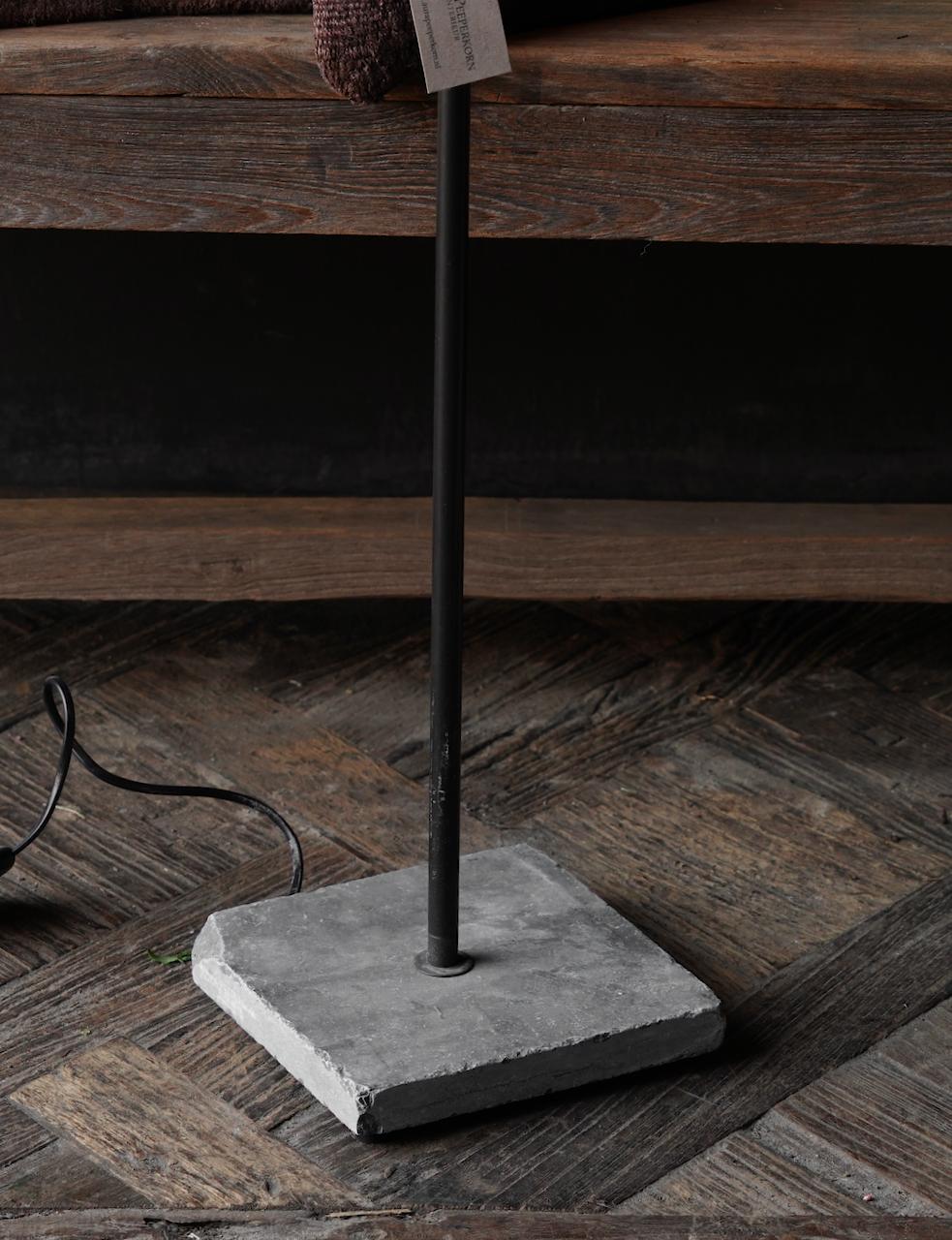Eisen Stehlampe mit Bogen auf Natursteinsockel Aura Peeperkorn-5