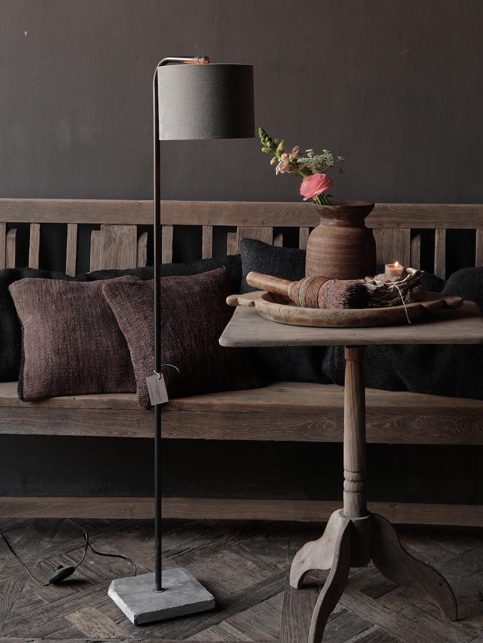 Eisen Stehlampe mit Bogen auf Natursteinsockel Aura Peeperkorn-1