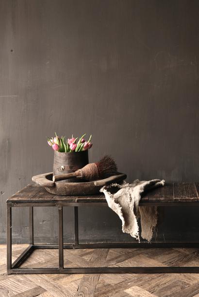 Salontafel van oude plankjes  met ijzeren onderstel