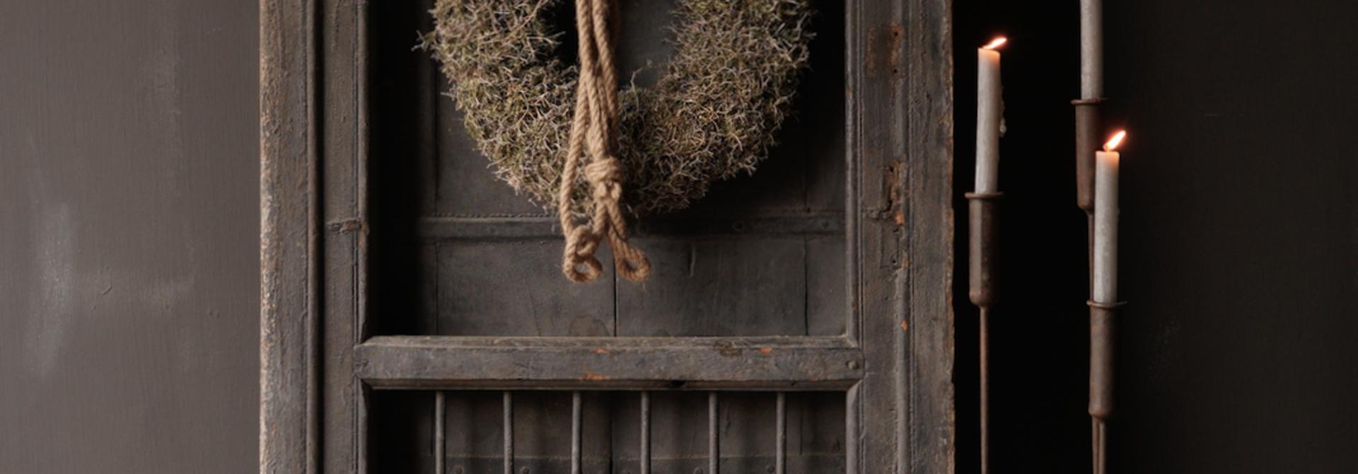 Stoer houten raamkozijn met luiken /Deuren