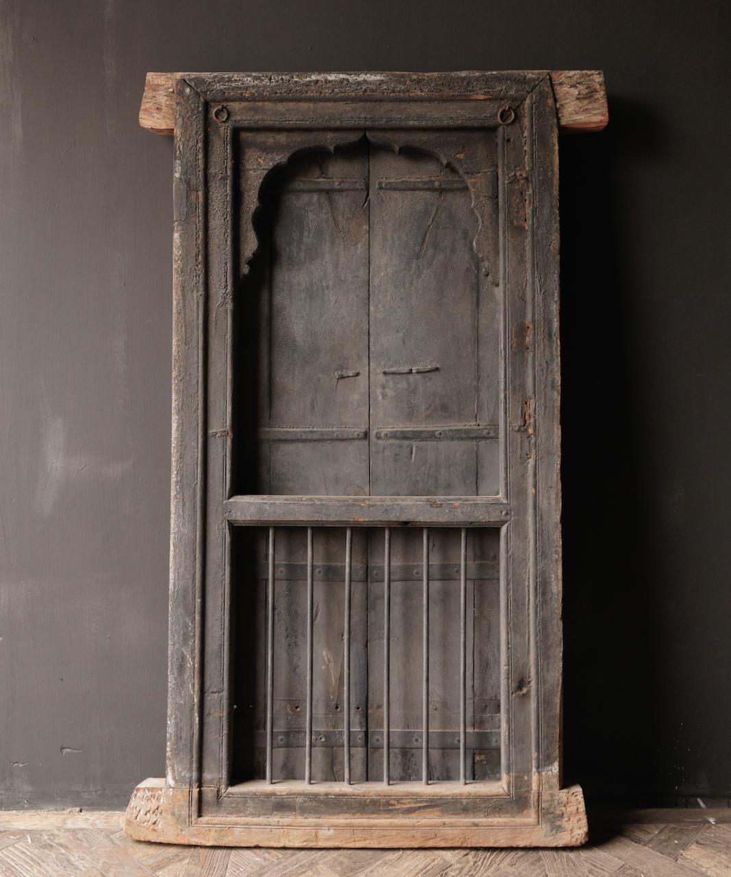 Stoer houten raamkozijn met luiken /Deuren-5