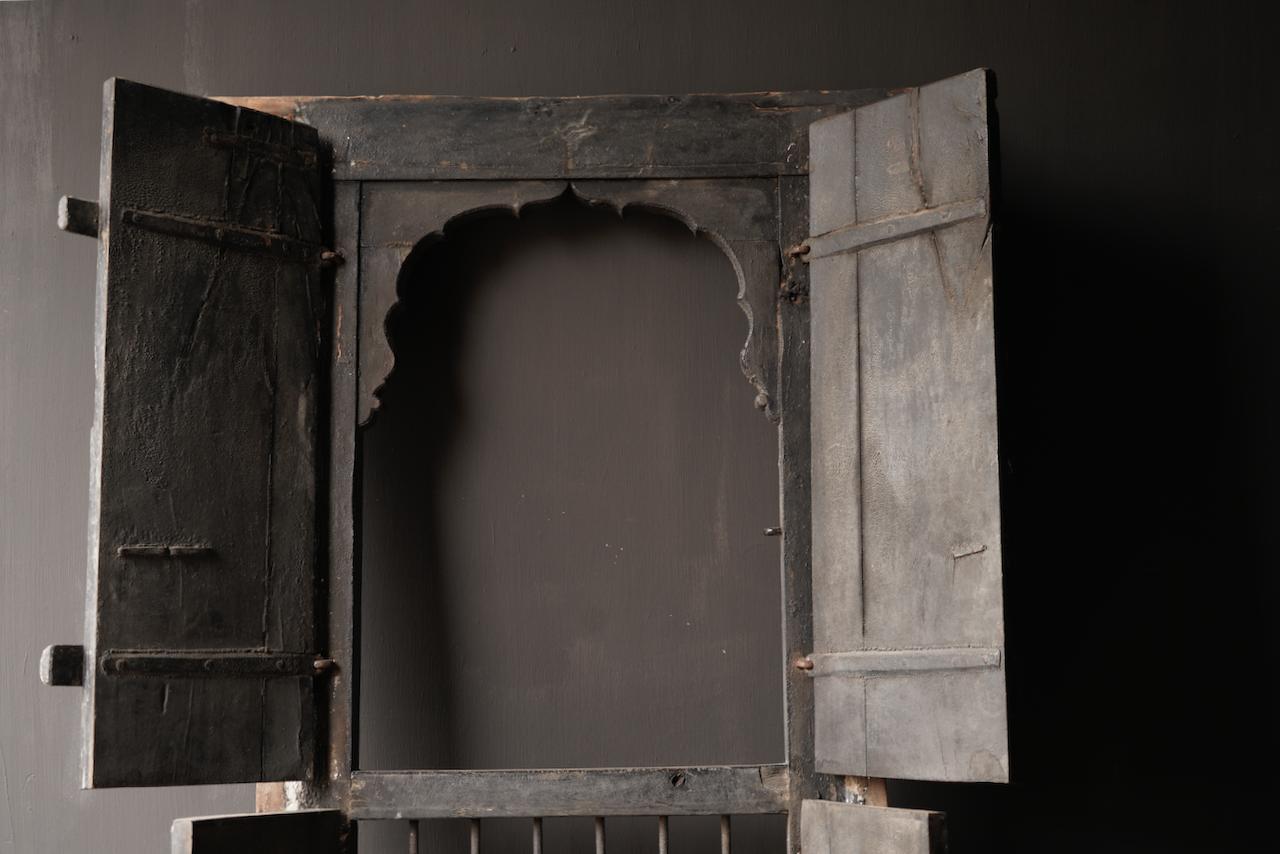 Stoer houten raamkozijn met luiken /Deuren-7
