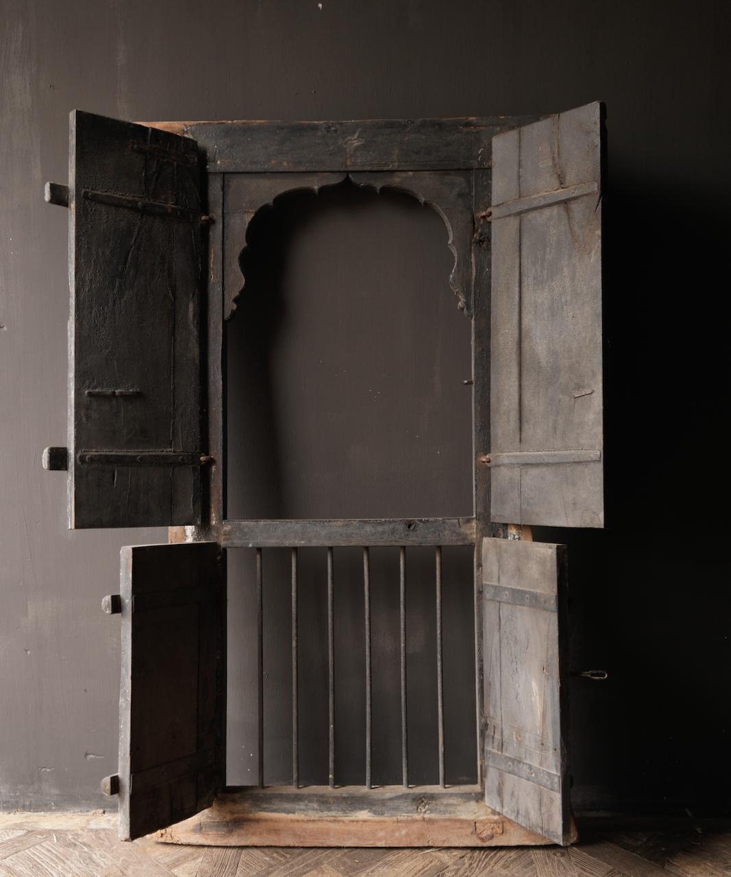 Stoer houten raamkozijn met luiken /Deuren-8
