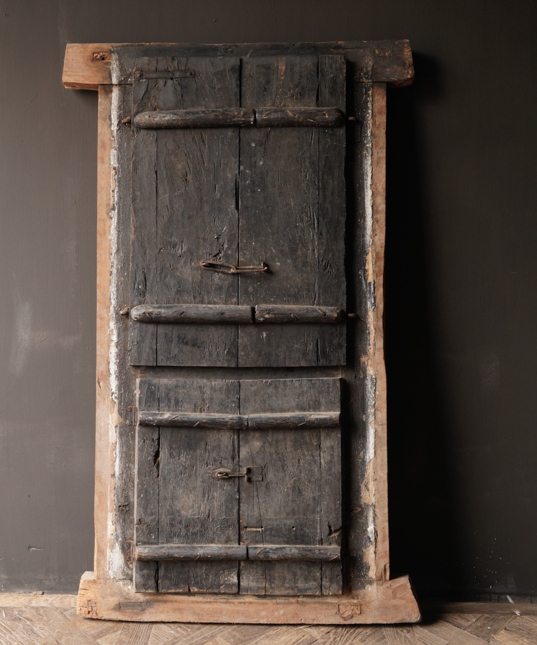 Stoer houten raamkozijn met luiken /Deuren-9