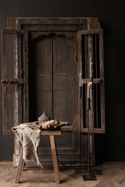 Robuster Holzfensterrahmen mit Fensterläden / Türen
