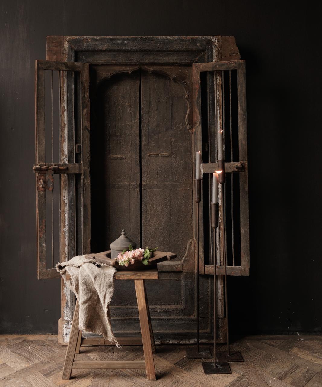 Robuster Holzfensterrahmen mit Fensterläden / Türen-1