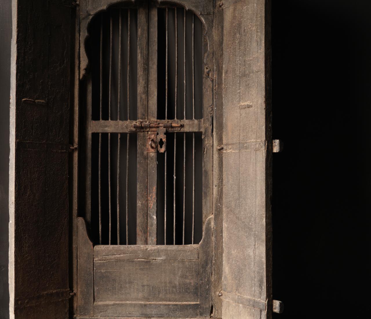 Robuster Holzfensterrahmen mit Fensterläden / Türen-2