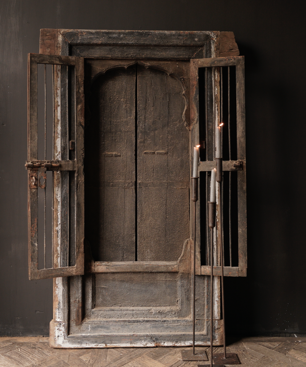 Robuster Holzfensterrahmen mit Fensterläden / Türen-4