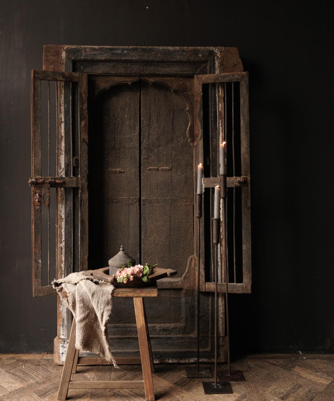 Robuster Holzfensterrahmen mit Fensterläden / Türen-5