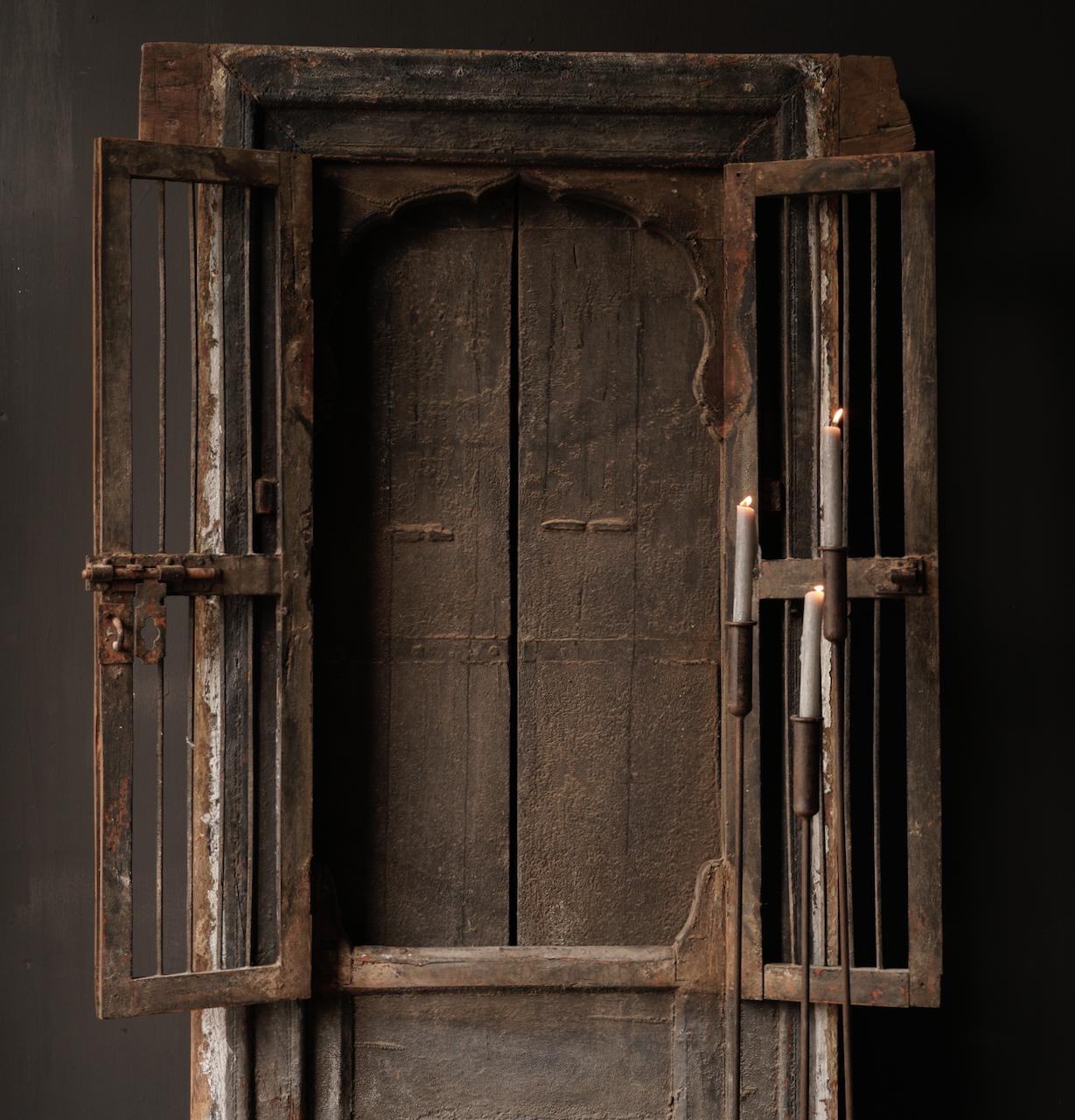 Robuster Holzfensterrahmen mit Fensterläden / Türen-6