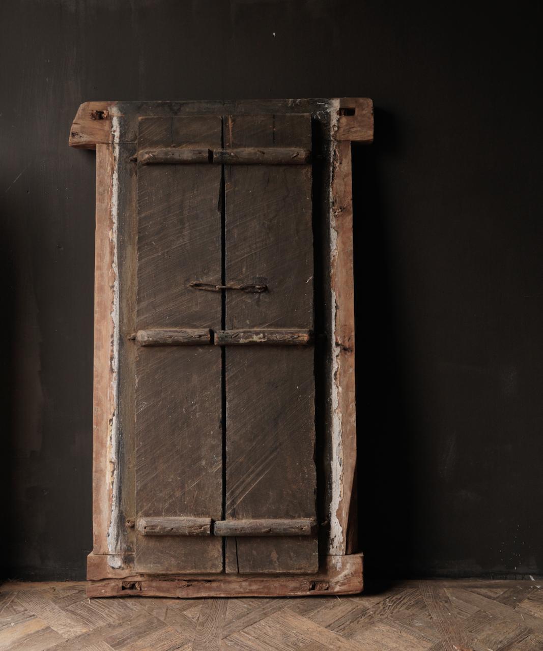 Robuster Holzfensterrahmen mit Fensterläden / Türen-7