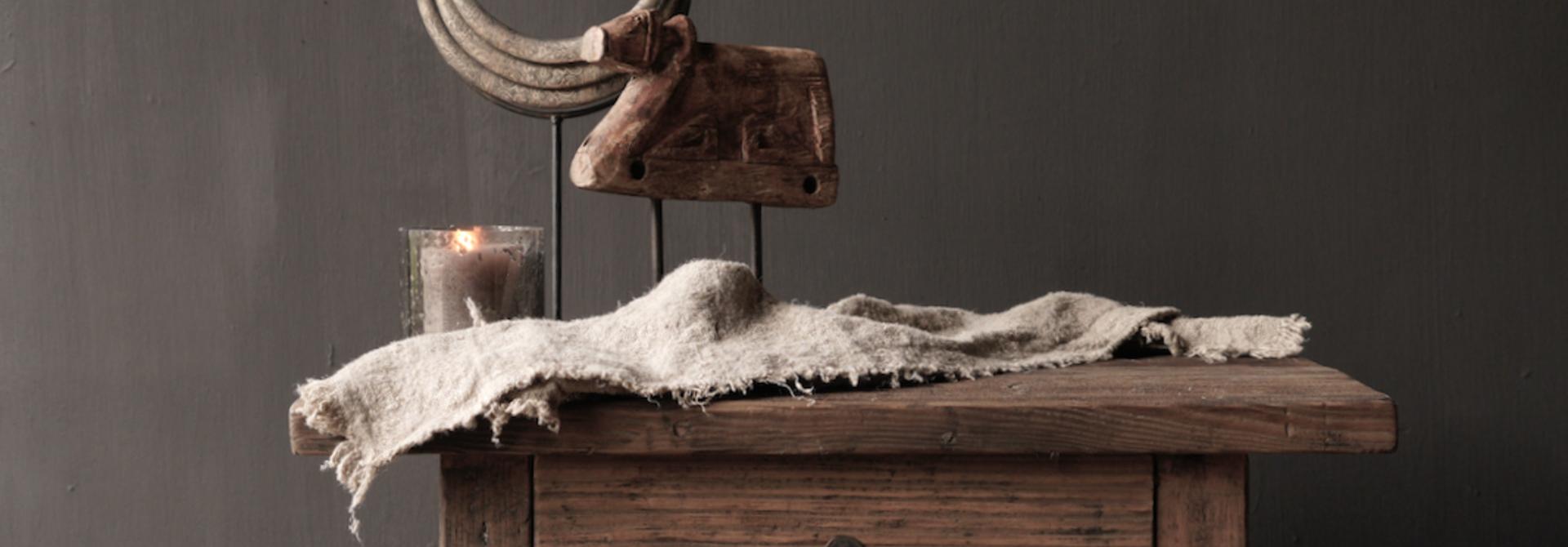 Alter Treibholzholzschrank oder Nachttisch mit Schublade