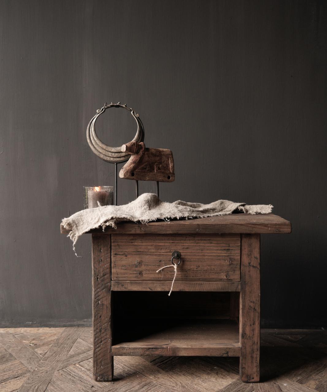 Alter Treibholzholzschrank oder Nachttisch mit Schublade-1