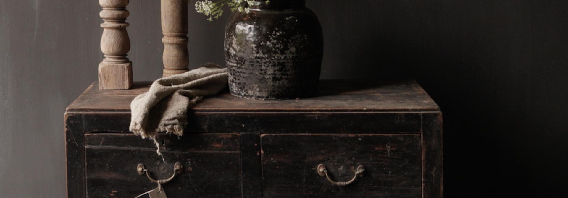 Alter authentischer Holzschrank