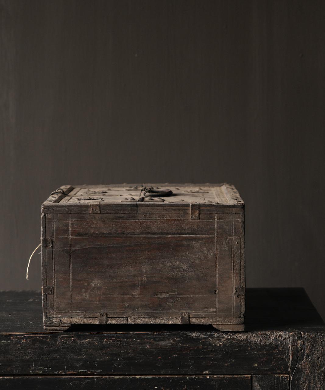 Alte authentische Holzkiste-3