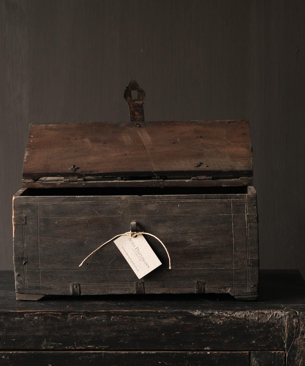 Alte authentische Holzkiste-9