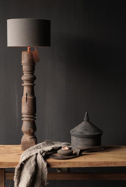Schöner alter hölzerner Baluster Lampensockel